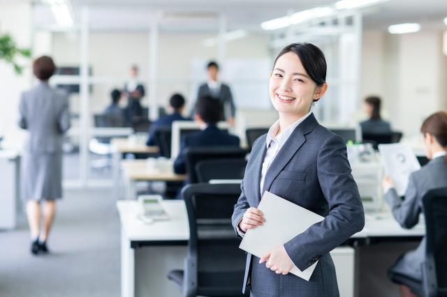 オフィスで笑顔のスーツの女性