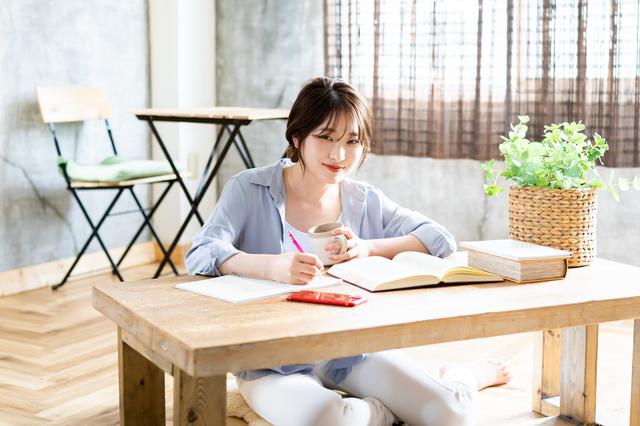 リビングで勉強する若い女性