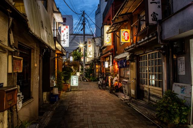 辰巳新道の夜の飲み屋街